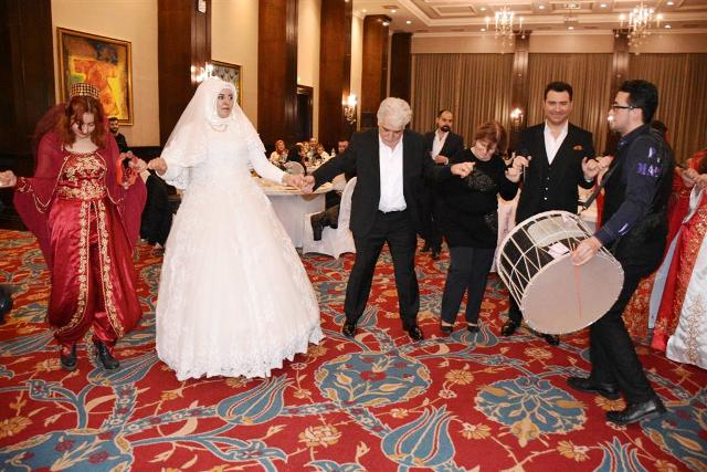 Şarkıcı Murat Kurşun  Babasını Evlendirdi