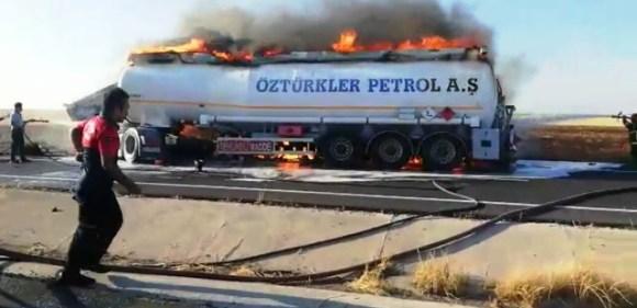 Yakıt yüklü tanker tır ile çarpıştı