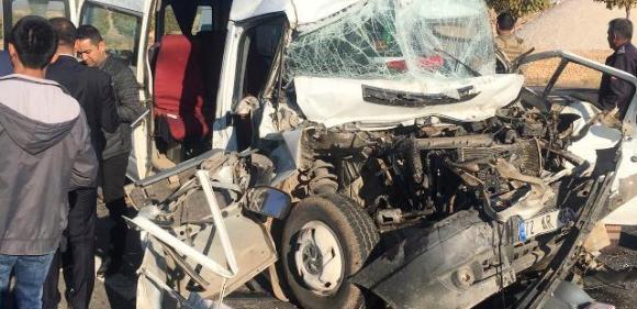 Öğrenci servis aracı tıra çarptı: 14 yaralı