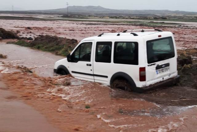 Yağış nedeniyle yolda kalan  2 araç ve sürücüsü kurtarıldı