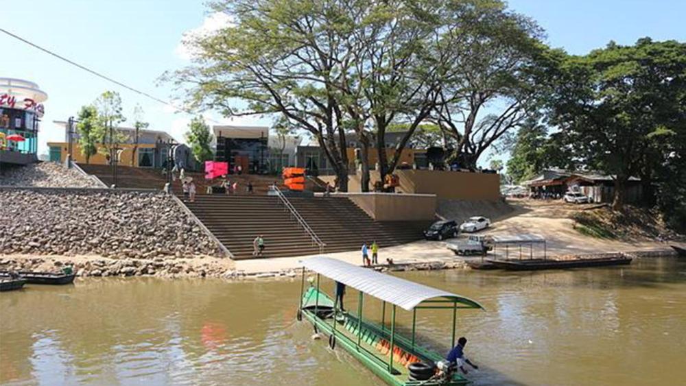 A free gambling zone on the Thaungyin River