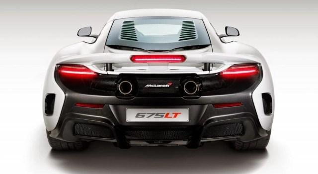 """Si el McLaren 650 S no es lo suficientemente rápido o no produce tanta carga aerodinámica, está su versión más rápida, la 675 LT. Aunque el término """"LT"""" es por cola larga (Long Tail), no es significantemente más larga que la del 650 S; pero si produce más potencia, 666 CV para ser exactos.  4.EL poder de este super auto nace de un biturbo V8 compacto de 3.8 litros; haciendo un muy buen uso de cada uno de sus cilindros, que producen 175 caballos por litro."""