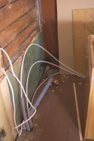 Die Wasserleitungen und Stromkabel für die Spüle
