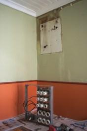 Der alte Sicherungskasten ist ab, dahinter die Asbestplatte