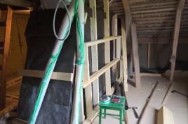 Beginn der Isolierung der Wände über der Treppe