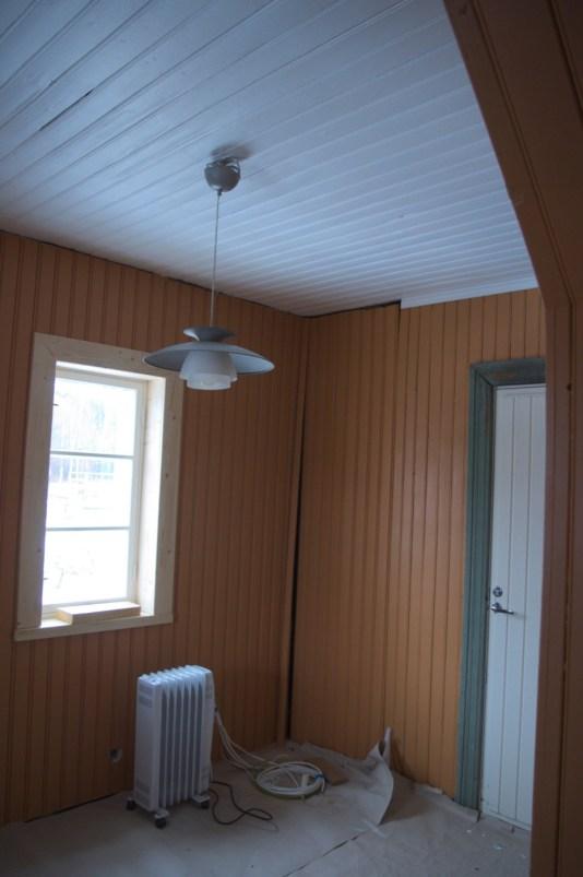 In die Ecke zwischen Tür und Fenster kommt der Warmwasserspeicher, für ihn ist der Platz schon ausgespart