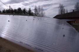 Das Dach reicht bis zur Hälfte des Gewächshauses und ist mit durchsichtigen Stegplatten gedeckt, die auch einen recht guten Isolierwert haben sollten
