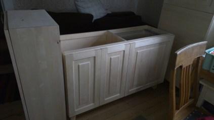 Die frischen Badezimmermöbel vor dem Anmalen