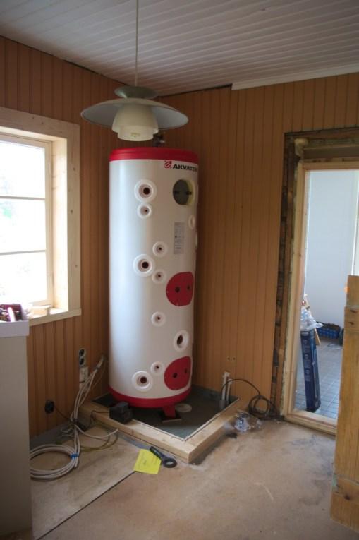 Der Warmwasser-Boiler an seinem Platz (200 kg Eigengewicht)