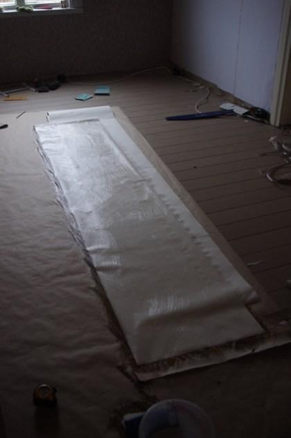 Deshalb müssen die Tapetenbahnen auf dem Boden eingekleistert werden.