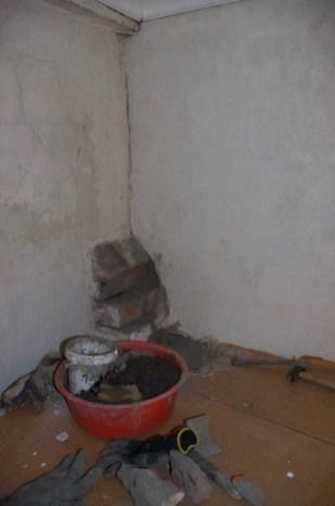 Der Rauchabzug des Ofens im Schlafzimmer geht durch die Wand über den Ofen im Wohnzimmer. Hier sieht man auch den Zustand der kalkverputzten Wand bei unserem Umzug.
