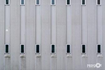 Bijlmerbajes - raampjes die uitkijken op het basketbalplein