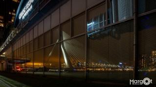 Rotterdam, weerspiegeling van de Erasmusbrug in het gebouw van de Cruise Terminal Rotterdam