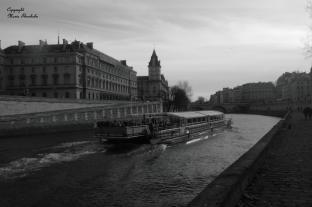 Quai d'Orfèvres, Paris, France. La Seine devant le commissariat de Paris.