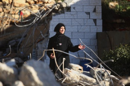 Shuhair Halabi ante las ruinas de su casa demolida después de matar a su hijo, acusado de atacar a un israelí. 9/1/16.