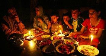 Cena de Ramadán a la luz de las velas.