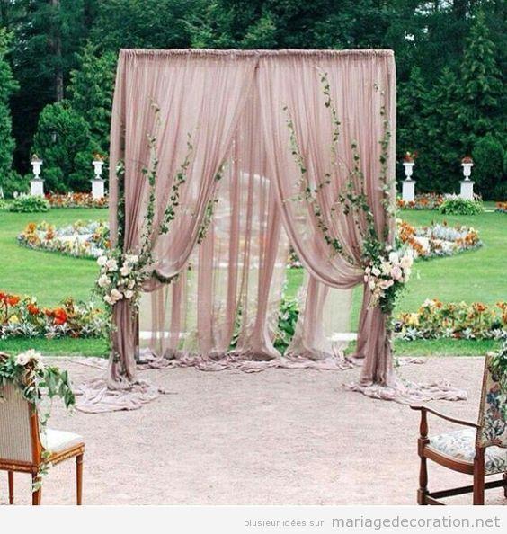 autel avec des rideaux et fleurs pour