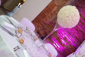Centre de table Vase haut et boule de rose géante 23€-