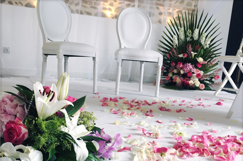 allee-blanche-decoration-mariage-evenement-toulouse-tapis-chaise-pétales