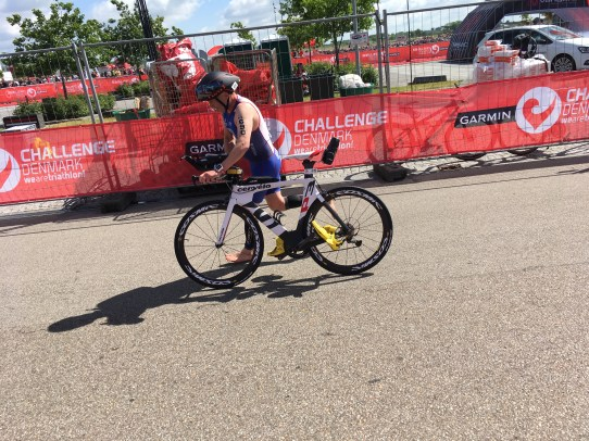 One of the fast athletes running with his bike to start the 90 km at Challenge Herning Triathlon 2017