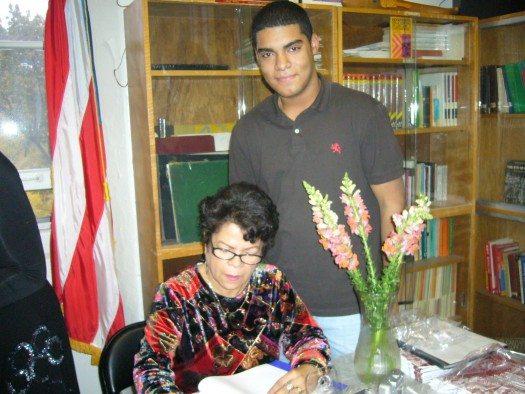 Magaly le firma el autógrafo a un estudiante