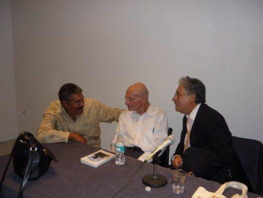Los escritores René Rodriguez Soriano (izq.) y Luis Miranda conversan con Menton