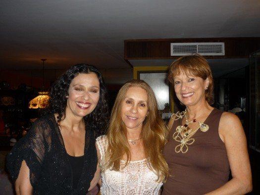 María Juliana comparte con Ana y Etnairis en un aparte de la noche