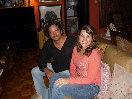 La belleza corre en la familia aqui Marisol, la hija de Etnairis junto a su novio.