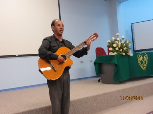 El poeta y cantante Heber Souza de Uruguay cerró el acto deleitando al público con sus canciones.