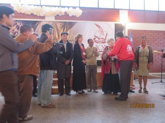 Luis Campusano Kemp, Gobernador de la Provincia de Chañaral hace entrega de reconocimientos a los escritores.