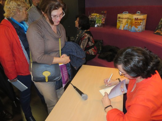María José firma autógrafos