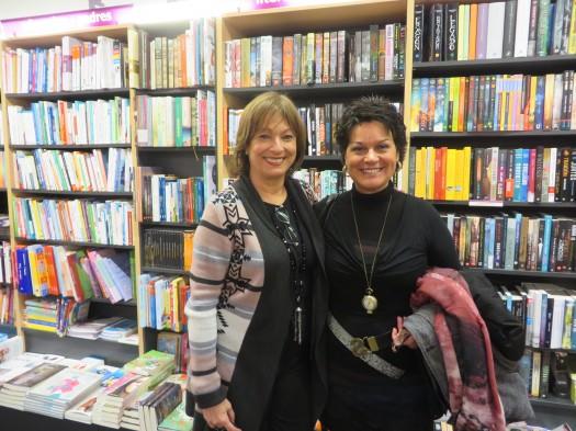 María Juliana Villafañe en un aparte con la poeta Teresa Iturriaga Osa