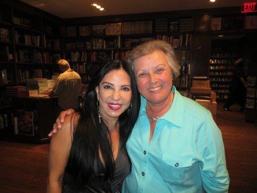 Giovanna Rivero con su editora de Bolivia Rita Gravato de Roca.
