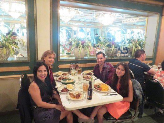 Giovanna, María Juliana, su hija Irene y su esposo Alex celebrando en Café Versalles.