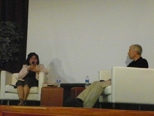 El escritor español José Ovejero es entrevistado por la escritora puertorriqueña Beatriz Navia. Foto: Eda Rodriguez