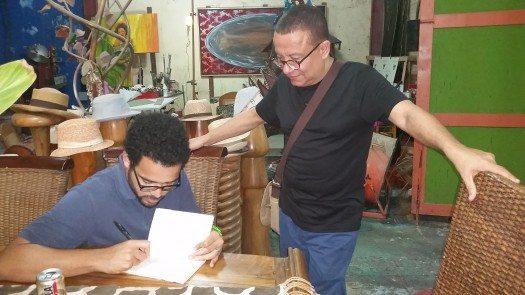 Sergio Gutiérrez le firma un libro a Rodolfo Lugo.