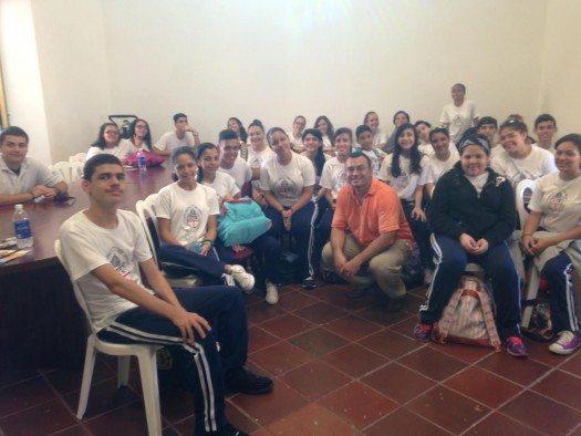 Pablo Brescia con los estudiantes del Colegio Espiscopal San Andrés de Mayagüez.