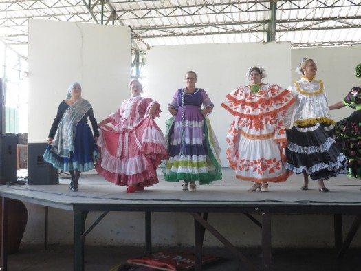 """El grupo: """"Estudio de Danzas Cosquín""""."""