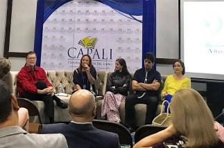 De izquiera a derecha el escritor Enrique Jaramillo Levy , la ganadora del premio y los miembros del jurado la escritora española Espido Freire y los escritores panameños Dimitros Gianareas y Beatriz Váldez