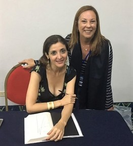 Con la escritora española Espido Freire en la XIII Feria Internacional de Libro . Panamá