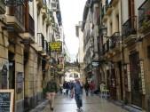 Las calles del casco antiguo, estrechas, empedradas y llenas de bares