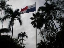 La bandera panameña corona el Cerro Ancón