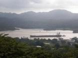 Un inmenso barco cruza el logo Gatún del Canal de Panamá, a 25 m. del nivel del mar