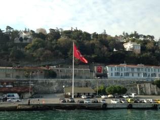 La bandera de Turquía preside la Universidad