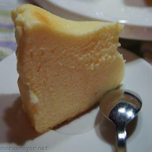 Si te gusta el queso , te encantará la receta de este PASTEL DE QUESO JAPONÉS. Sólo necesitas tres ingredientes; y a parte es muy sencillo de hacer. Sólo necesitas huevos, queso en crema y chocolate blanco. El resultado es el de un pastel de queso muy esponjoso , como una nube y muy rico.