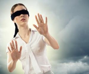 jeune femme dans le brouillard, aveuglée par son amour pour un PN