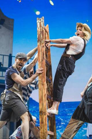 """Imagini din musicalul """"Mamma Mia"""""""