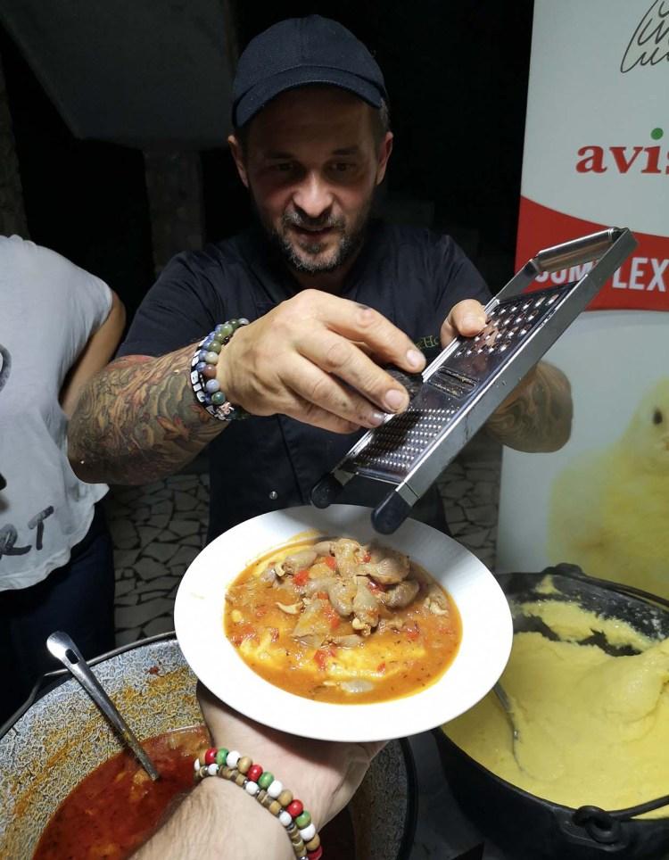 Chef Alex Hora dând pe răzătoare trufe