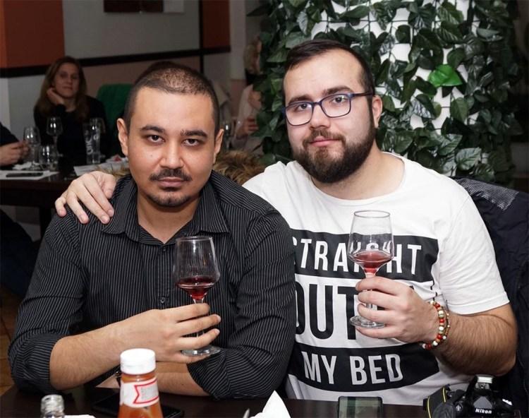 Eu cu tovarășul Costi, savurând niște vin roșu