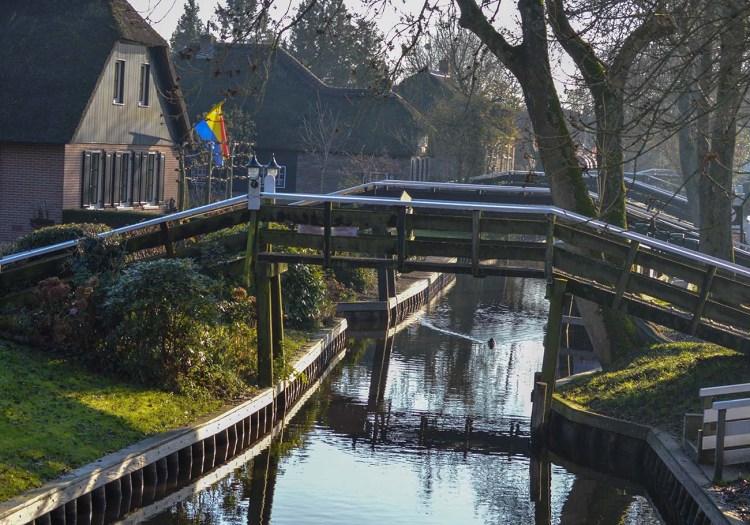 Giethoorn - Pod peste canal